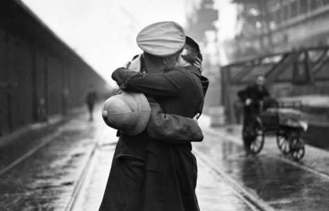 Ci sono altre persone sullo sfondo, ma l'attenzione si ferma all'abbraccio di questi due amanti in primo piano: questa foto è considerata uno dei 10 baci più belli del mondo dall'International Business Times.  Source: Sasha-Knowyourledge Blog