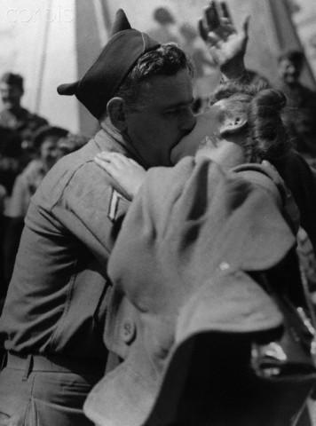 10 agosto 1945, Londra: la guerra è finita. Un soldato americano bacia una giovane inglese a Piccadilly Circus dopo la resa del Giappone.  Image by © Hulton-Deutsch Collection/CORBIS