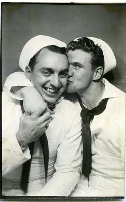 Due marinai dell'United States Navy. Già durante la Seconda Guerra Mondiale erano numerose le coppie di membri della marina che erano omosessuali.