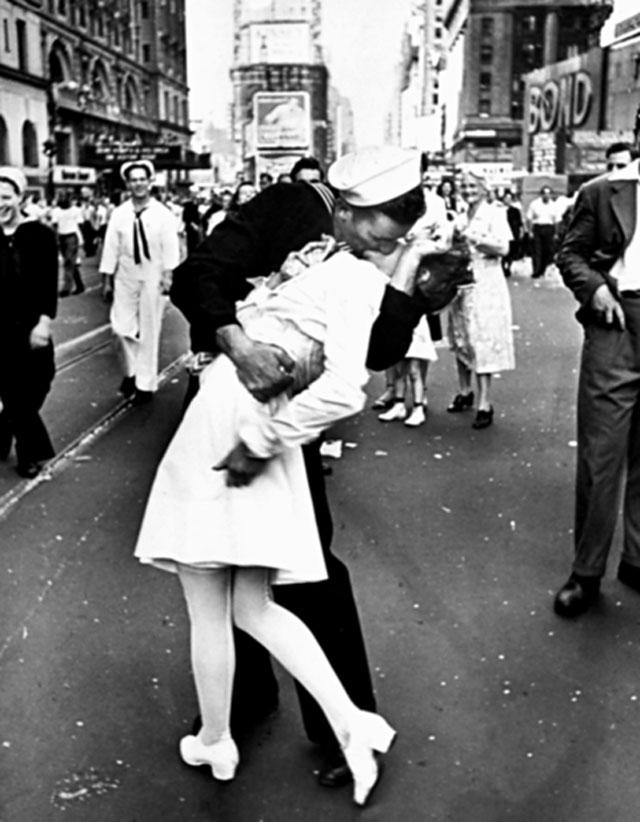 E' uno dei baci più famosi della storia: lo scatto di Einsenstaedt a Times Square. Seppur non sia un attimo di spontaneità (i soggetti erano in posa) rimane una delle più belle fotografie di sempre.