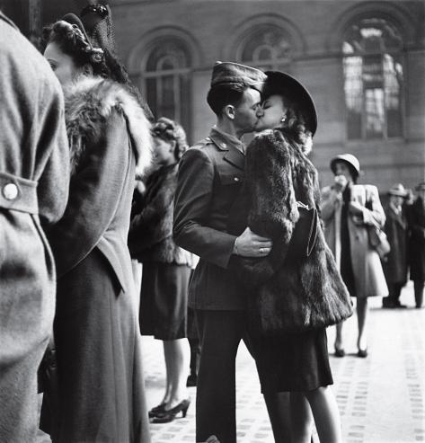 """""""Tra il 1943 e il 1944 Alfred Eisenstaedt catturò diversi momenti come questo nella Penn Station di New York.  Nella foto, quattro soggetti: un uomo, una donna, la guerra, e nessuna certezza che lui sarebbe tornato"""" Source: LIFE"""