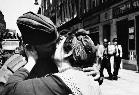 Una madre ceca, presa dall'emozione, bacia un soldato russo a Praga: è il 5 maggio 1945 e la città è appena stata liberata dall'esercito sovietico.